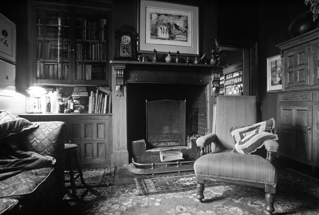 jetzt bestellen fototapete wohnzimmer mit kamin s w livingwalls. Black Bedroom Furniture Sets. Home Design Ideas